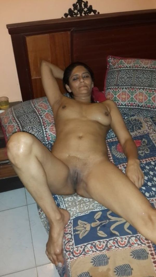 desi mature aunties showing big ass and pussy - 17