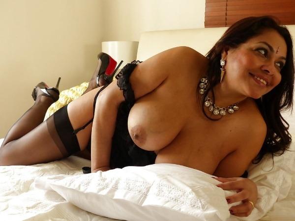 mind blowing mature desi aunty nude photos - 17