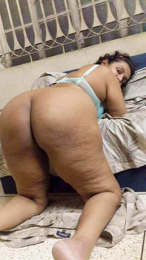 sexy desi aunty nude photos leaked by lover - 11